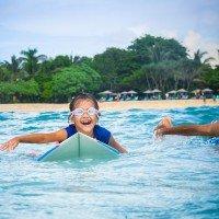 Фото мальчик серфер на волне в русском серф кемпе Endless Summer