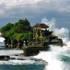 Изображение религия на Бали и храм Танах Лот Tanah Lot большие волны разбиваются о скалу