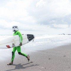 Фотография русский серфер Дима Забула в костюме на соревнованиях по серфингу Surf Jam