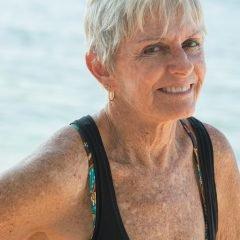Фотография легендарная серфингистка Дженни Чессер позирует на камеру